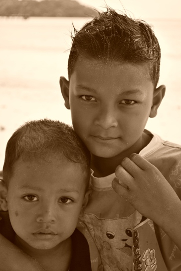 Kids at Pulau Weh indonesia pestablogger 2009  photo image